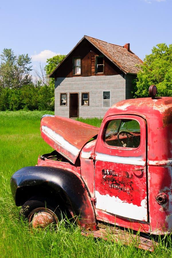 Carro rojo viejo de la granja imagenes de archivo