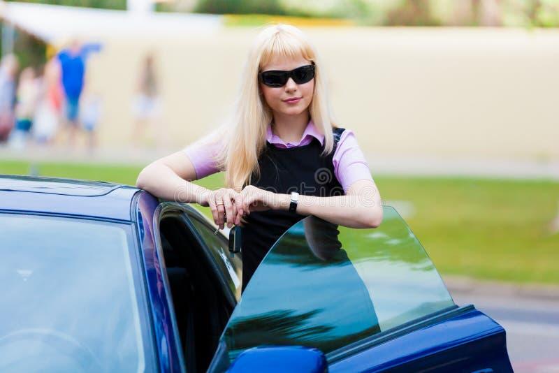 Carro seguinte louro da mulher de negócio fotografia de stock royalty free