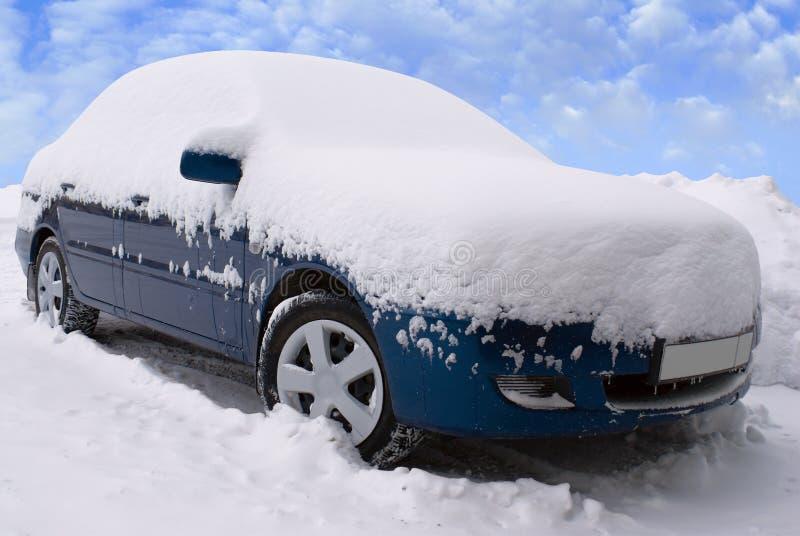 Carro sob a neve imagens de stock royalty free