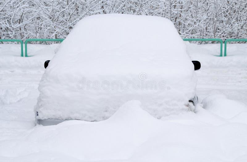 Carro sob a neve imagem de stock royalty free