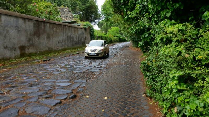 Carro sobre através de Appia Antica, Roma imagens de stock royalty free