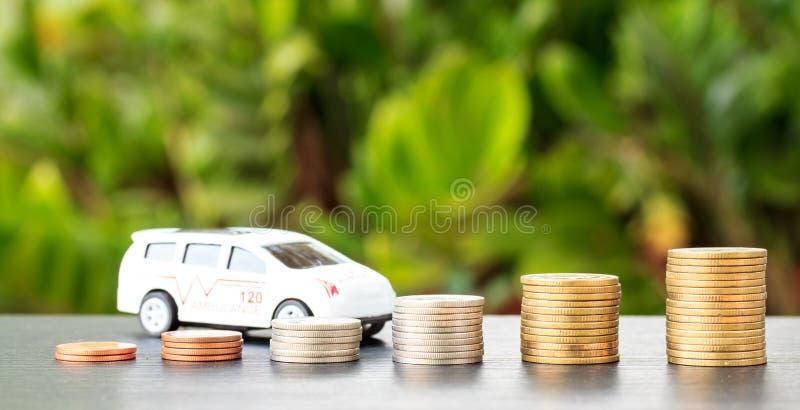Carro sobre muitas moedas empilhadas diminuir lucra no automo imagem de stock royalty free
