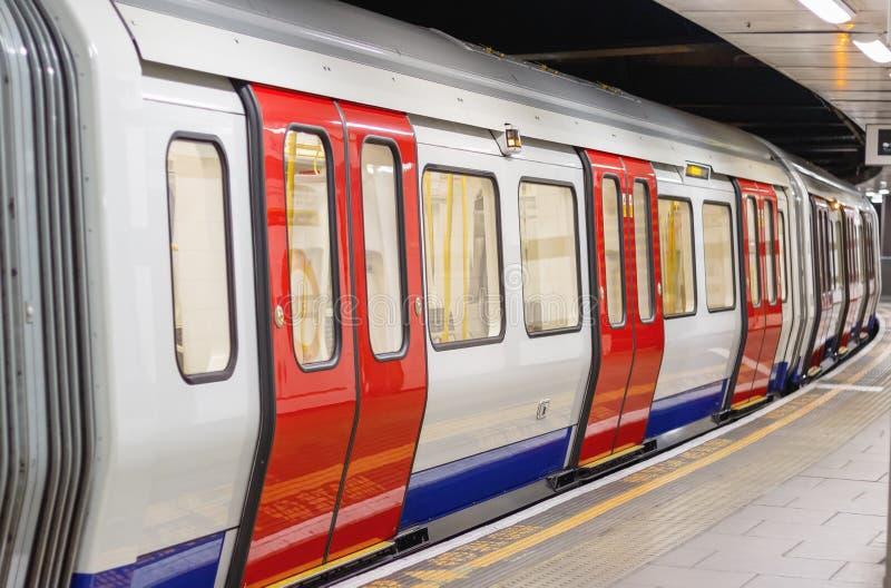 Carro subterráneo del tren de Londres que espera para salir foto de archivo