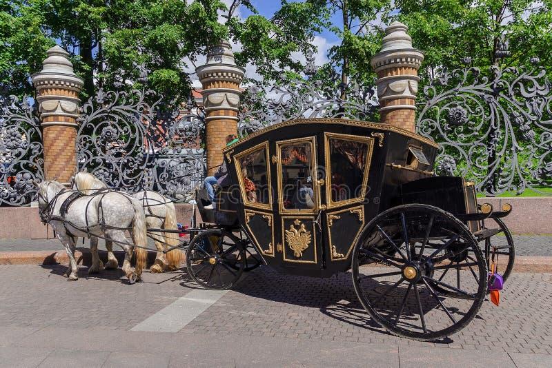 Carro traído por caballo (carro) - transporte turístico en animal doméstico del santo foto de archivo