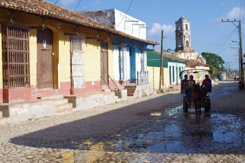 Carro traído por caballo en las calles de la ciudad colonial foto de archivo