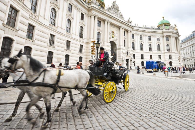 Carro traído por caballo en Viena imagenes de archivo