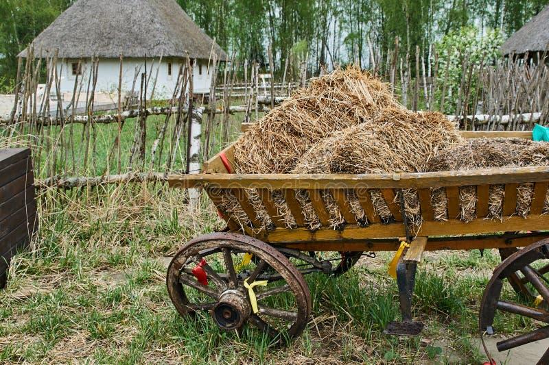 Carro ucraniano con el heno fotografía de archivo