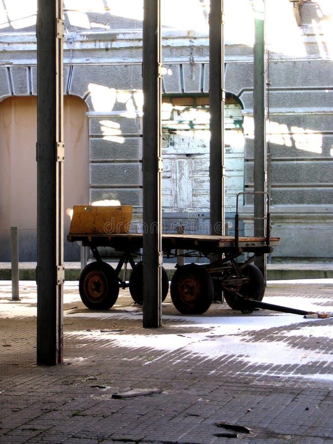 Carro velho da bagagem em uma estação abandonada imagens de stock royalty free
