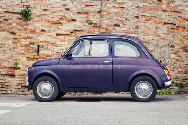 Carro velho da cidade de Fiat Nuova 500, vista lateral fotografia de stock