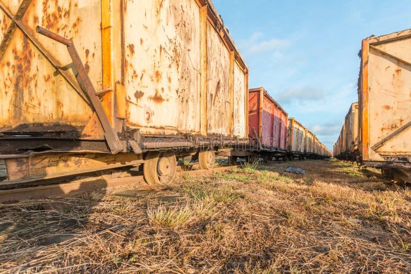 Carro velho da mina da perspectiva da rã para a mineração da turfa fotografia de stock