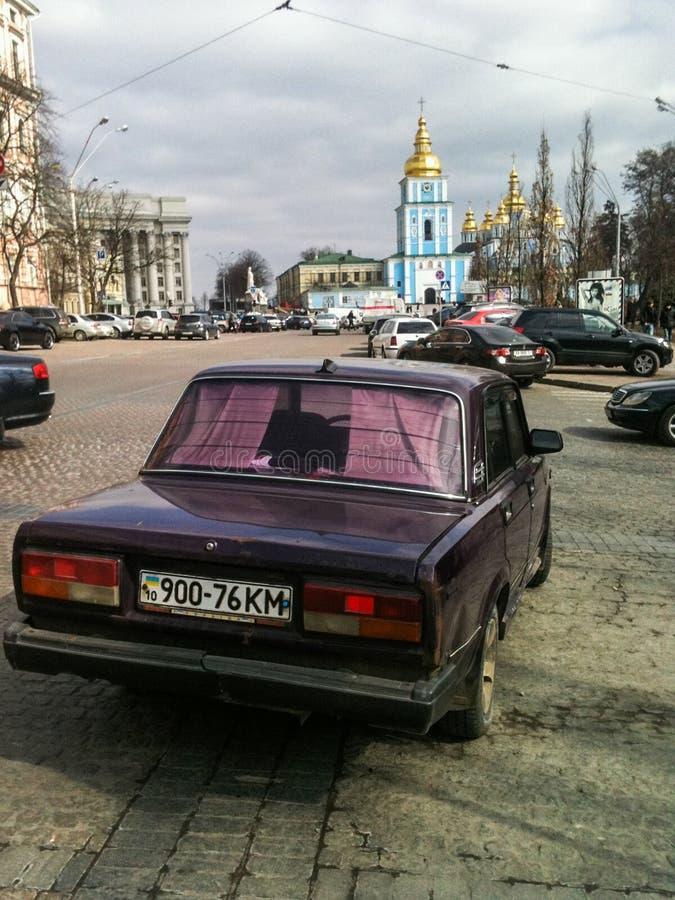 Carro velho de Lada estacionado no meio da estrada foto de stock royalty free