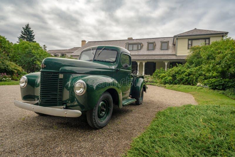 Carro velho em jardins de Reford, Quebeque foto de stock