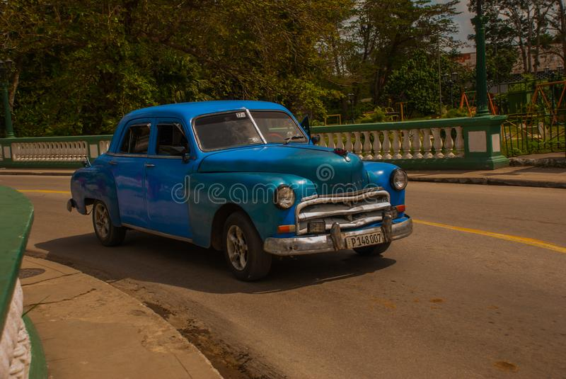 Carro velho em Santa Clara, Cuba Cuba tem a mostra a mais grande dos carros velhos ainda que cruzam as ruas em várias circunstânc foto de stock royalty free