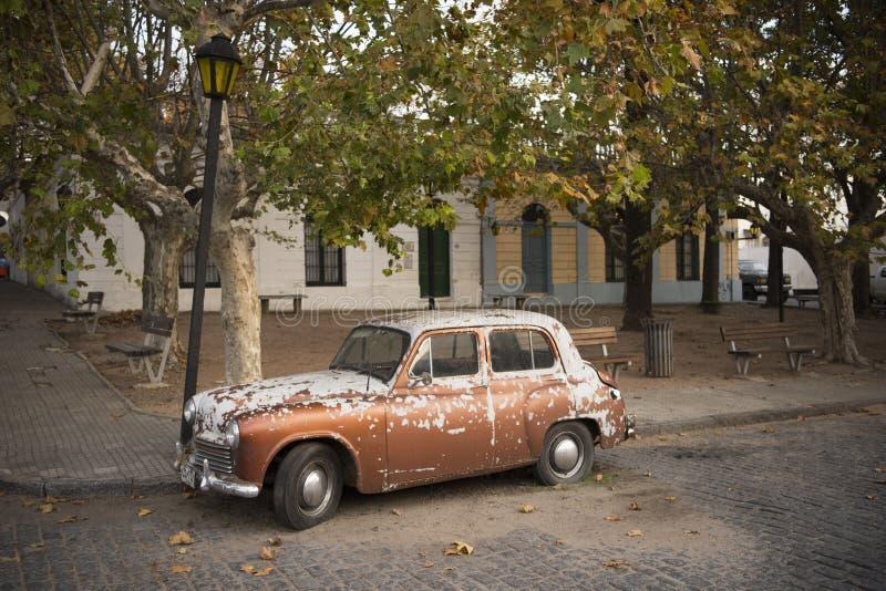 Carro velho na rua de Colonia, Uruguai imagens de stock royalty free