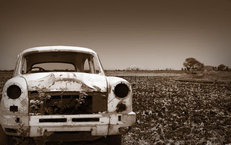 Carro velho na terra vazia imagem de stock