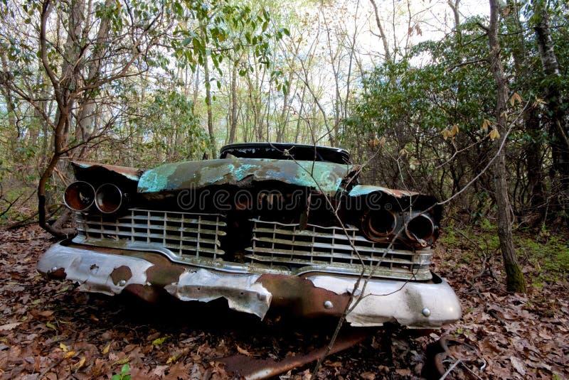 Carro velho nas madeiras imagens de stock