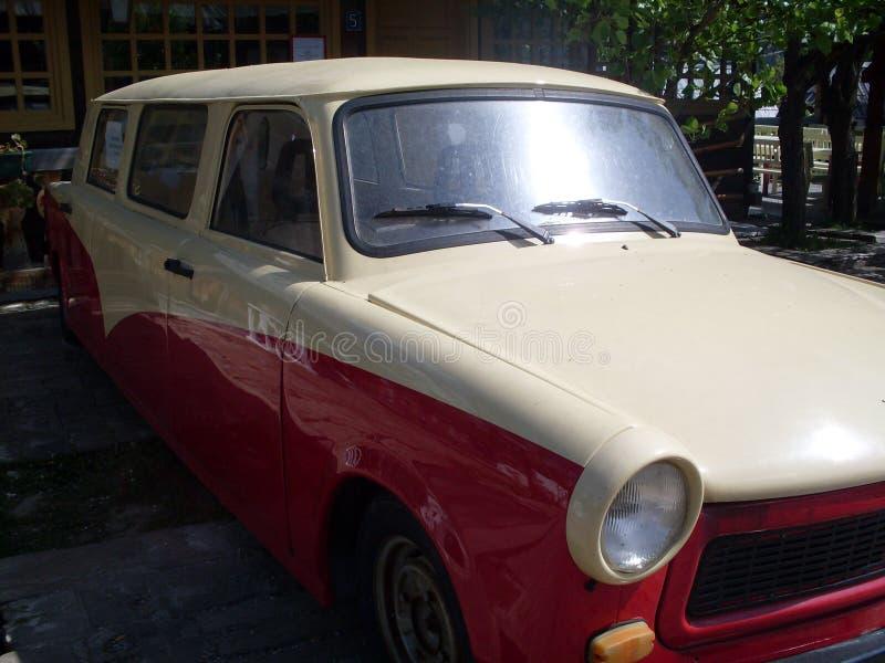 Carro velho vermelho e branco do temporizador fotografia de stock