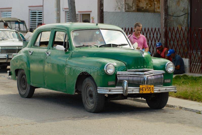 Carro verde de Plymouth do vintage estacionado na rua em Cojimar, Cuba fotos de stock
