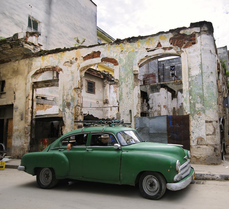 Carro verde na rua corrmoída de havana, Cuba imagem de stock