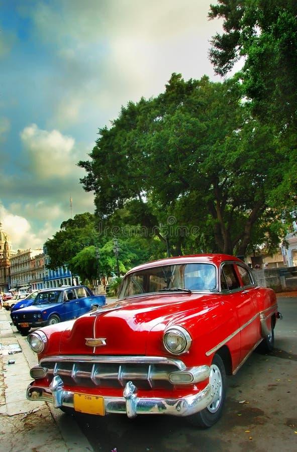 Carro vermelho americano do vintage velho na cidade de Havana imagens de stock royalty free