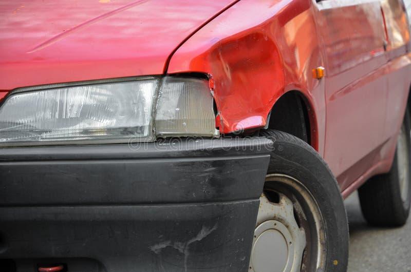 Carro vermelho amolgado e riscado fotos de stock royalty free