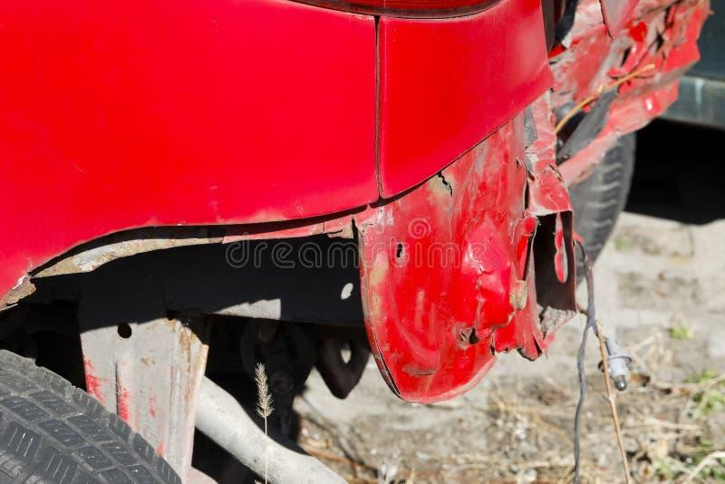 Carro vermelho após uma colisão da estrada fotos de stock
