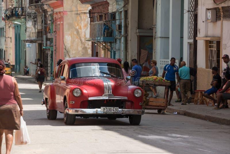 Carro vermelho clássico Havana Streets Cuba fotografia de stock royalty free