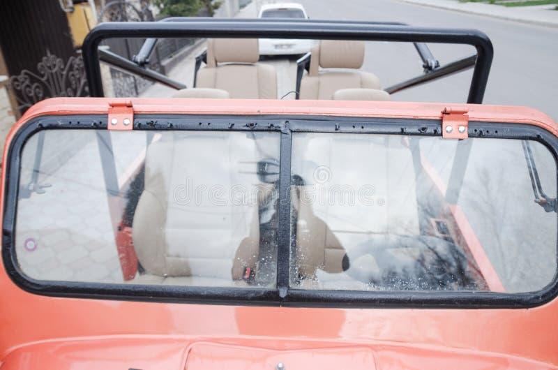 Carro vermelho com parte superior aberta imagem de stock royalty free