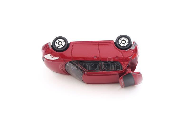 Carro vermelho diminuto do brinquedo no acidente fotos de stock