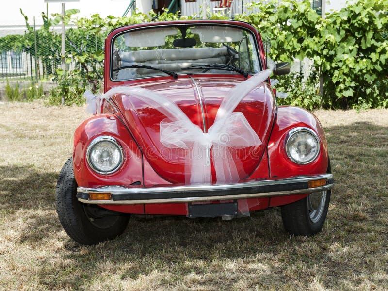 Carro vermelho do casamento fotos de stock