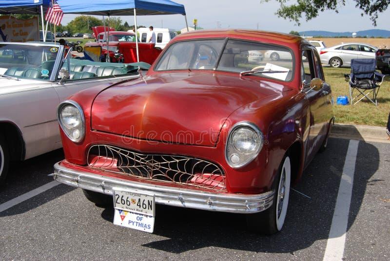 Carro vermelho do vintage de Rod da rua de Chevy imagem de stock