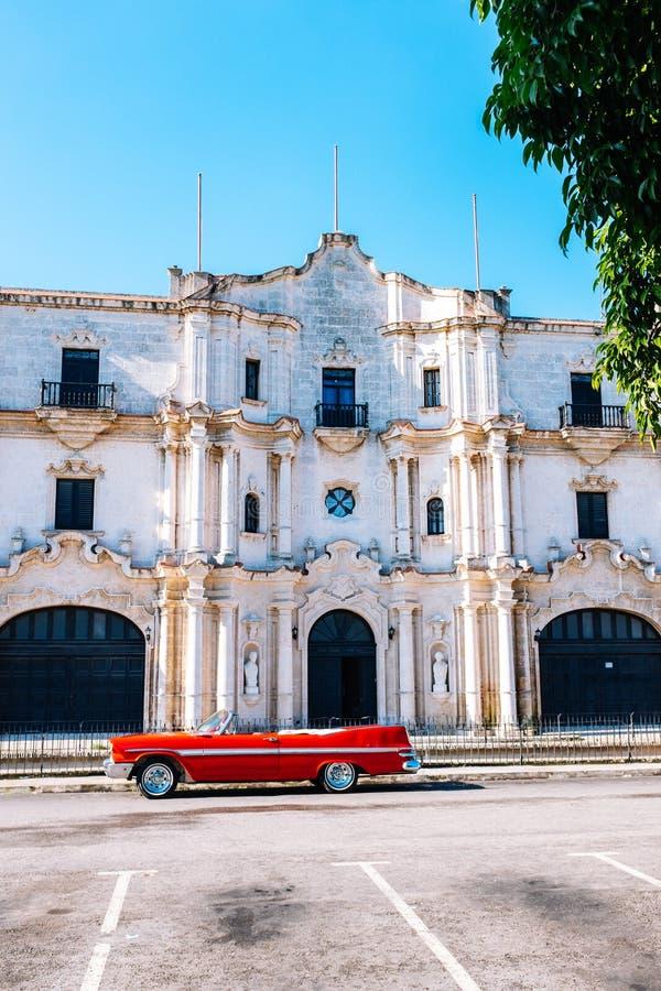 Carro vermelho do vintage estacionado em Havana velho, Cuba imagens de stock royalty free