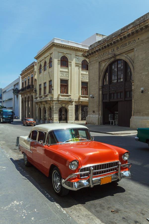 Carro vermelho do vintage na rua da cidade velha, Havana, Cuba fotografia de stock royalty free