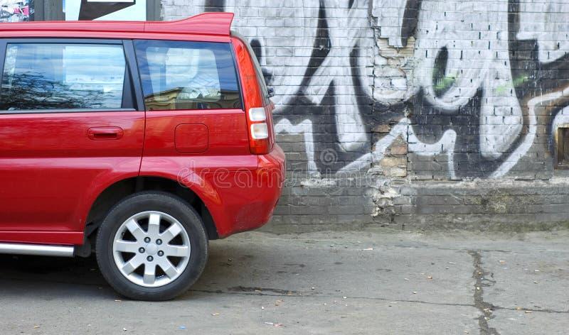 Carro vermelho estacionado imagens de stock royalty free