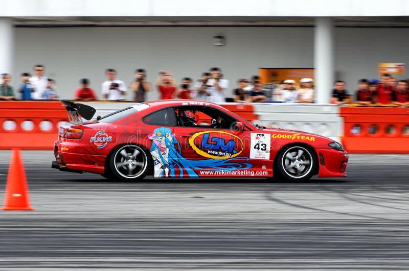 Carro vermelho que deriva durante a sessão de qualificação imagens de stock royalty free