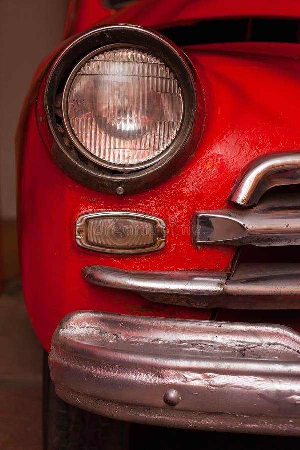 Carro vermelho soviético velho com faróis redondos imagem de stock royalty free