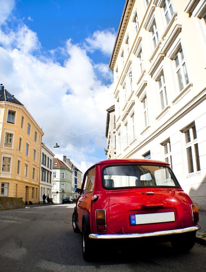 Carro vermelho velho em uma rua fotos de stock royalty free