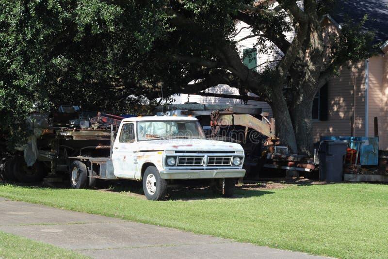 Carro viejo bajo un ?rbol fotografía de archivo