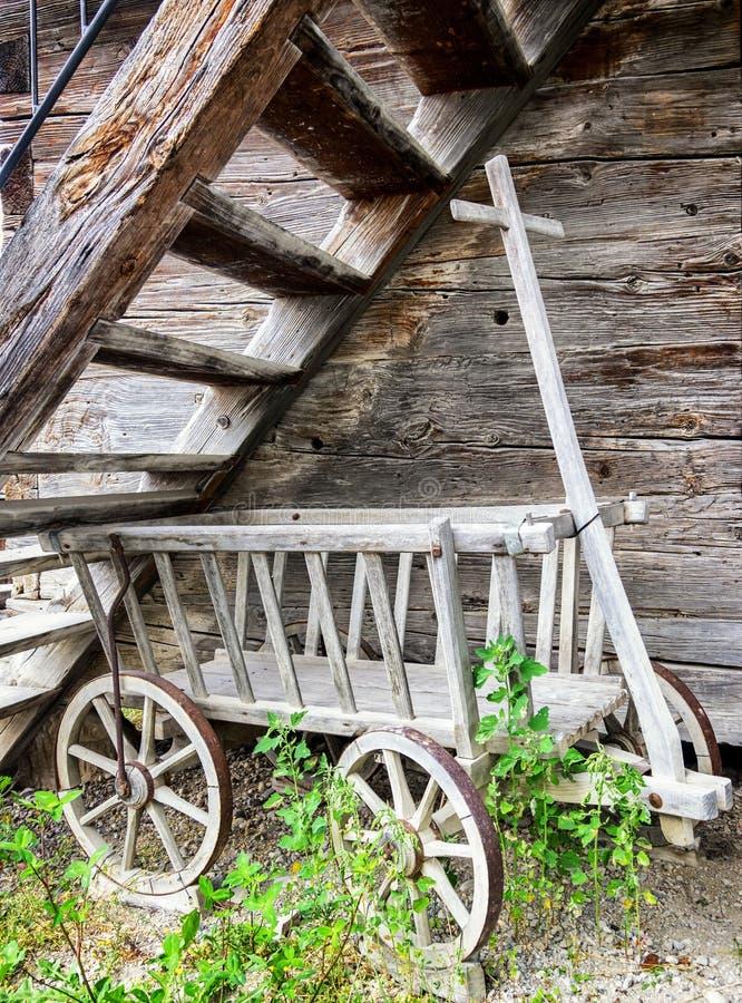 Carro viejo del heno imagenes de archivo