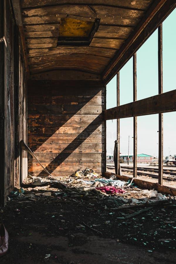 Carro viejo del tren en vías ferroviarias dentro de la visión fotos de archivo