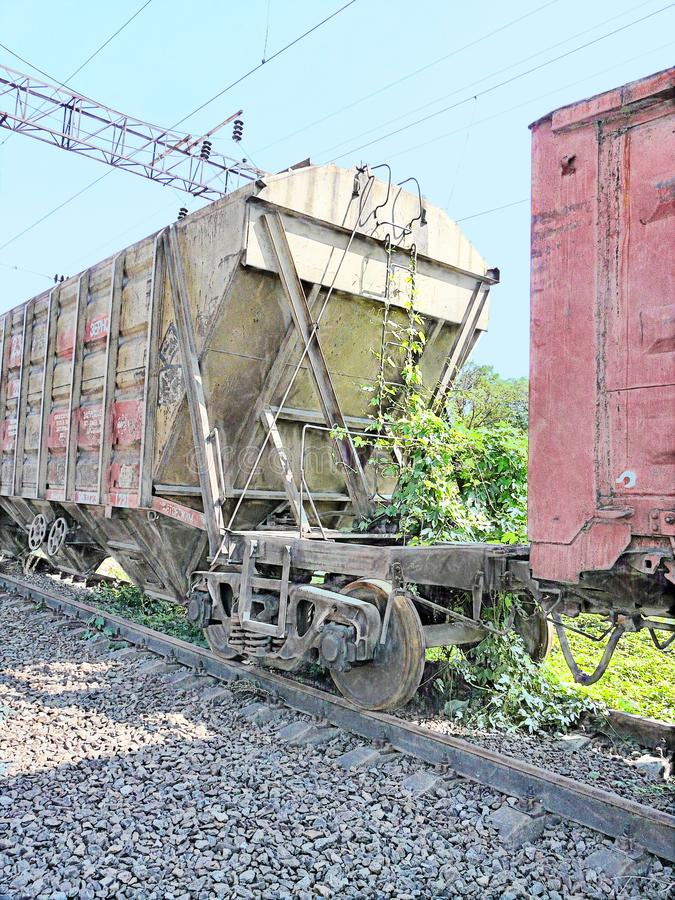 Carro viejo en los carriles del ferrocarril en el viaje que espera largo fotos de archivo libres de regalías