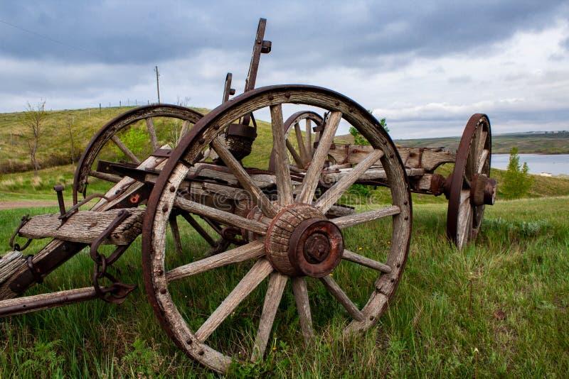 Carro viejo en un campo imagen de archivo