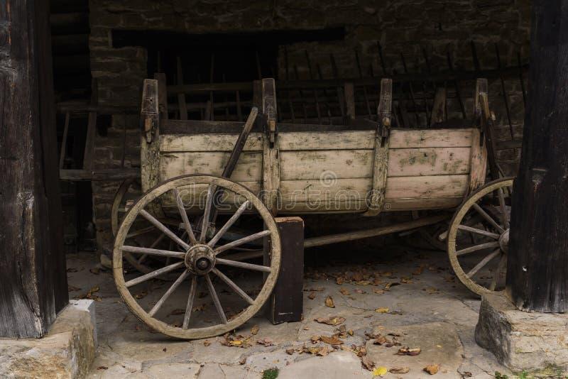 Carro viejo parado debajo de la vertiente imágenes de archivo libres de regalías