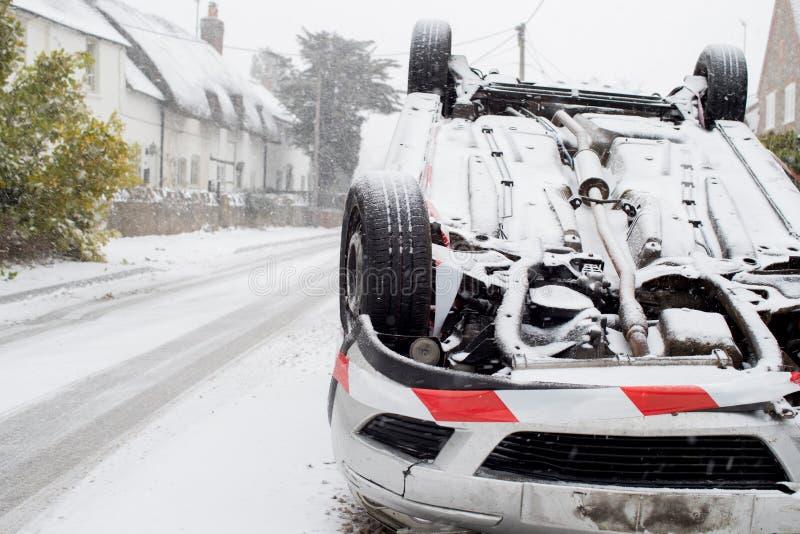 Carro virado após o acidente de tráfico na neve do inverno fotografia de stock