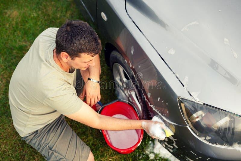 Carro washing Equipe a limpeza de seu carro usando a opinião superior da esponja e da espuma fotografia de stock royalty free