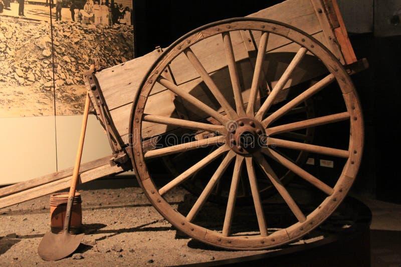 Carro y rueda con las herramientas usadas para el oro que cava, museo del estado, Albany, Nueva York, 2015 fotografía de archivo