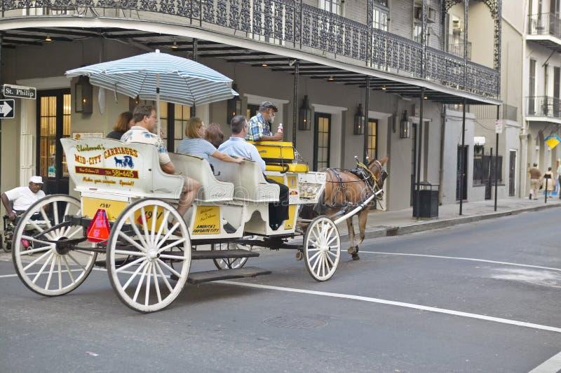 Carro y turistas del caballo en el barrio francés de New Orleans, Luisiana fotografía de archivo