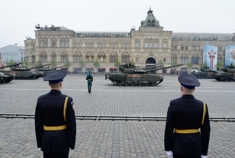 Carroarmato russo T-72B3 alla parata in onore del giorno di vittoria sul quadrato rosso di Mosca fotografie stock libere da diritti