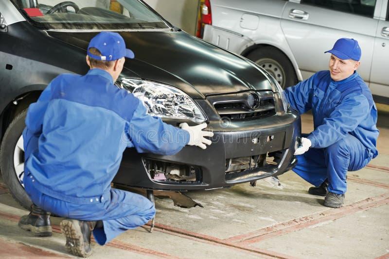 Carrocería de la reparación del mecánico de automóviles imágenes de archivo libres de regalías