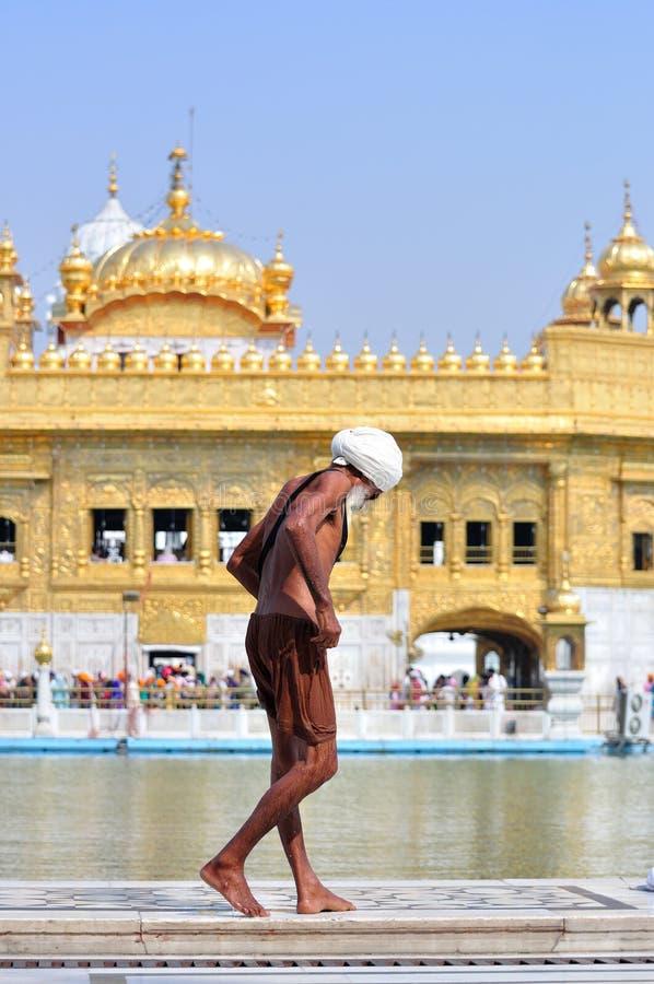 Carrocería que se lava sikh en el templo de oro, Amritsar imagen de archivo libre de regalías